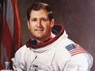 Krom� astronautsk� kari�ry William Pogue psal knihy, p�edn�el a spolupracoval
