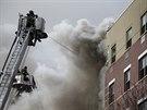 Newyorskou čtvrť Harlem zavalil krátce po explozi silný černý dým (12. března...