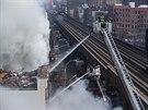 Přerušen byl provoz blízké nadzemní dráhy, po explozi ji zavalily části suti...