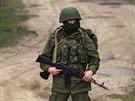 Ozbrojenec hlídá nedaleko základny ukrajinských vojáků u Perevalnoje. Podle...