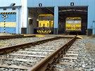 Mycí souprava (vlevo) a vysavač TWS 30 čistí tunely pražského metra čtyřikrát...