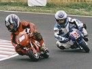 Mladí jezdci Karel Hanika a Jakub Kornfeil při závodech minibiků.