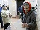 Žena hlasuje v referendu v krymském Simferopolu (16. března 2014).