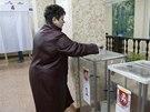 Lidé hlasují v referendu v krymském Simferopolu (16. března 2014).