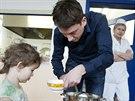 Kuchařka sleduje, jestli redaktor dělá všechno správně a děti nešidí.