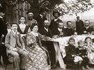 Návštěvníci výletní kantýny pana Boučka v Hradci Králové v roce 1907....