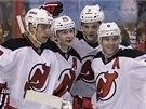 GÓL. Centr New Jersey Devils Patrik Eliáš přijímá gratulace od spoluhráčů v