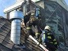 Hasiči zasahovali na střeše hotelu ze žebříků...