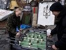 Simferopolská domobrana si na centrálním náměstí krátí dlouhou chvíli (16.