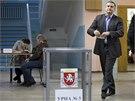 Předseda krymské vlády Sejgej Aksjonov hlasuje v jedné ze simferopolských