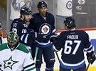 Michael Frolík se raduje se spoluhráči z Winnipegu z gólu v síti Dallasu.