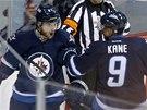 Michael Frolík a Evander Kane se radují z gólu Winnipegu.