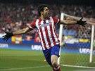 UŽ JE TAM! Útočník Diego Costa z Atlétika Madrid oslavuje svůj gól v osmifinále...