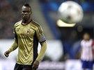 PŘILETÍ KE MNĚ? Útočník Mario Balotelli z AC Milán sleduje míč, který k němu...