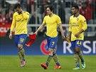 SMUTNÝ ODCHOD ZE HŘIŠTĚ. Fotbalisté Arsenalu opouští po vyřazení z Ligy mistrů...
