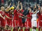 OSLAVA POSTUPU. Fotbalisté Bayernu Mnichov se radují z postupu do čtvrtfinále...