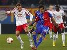 PROJDE? Fotbalista Matias Delgado z FC Basilej (v modro-červeném) se snaží...
