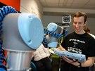 Programování robota se provádí pomocí připojeného dotykového displeje (lze...