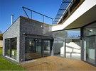 Obytná terasa  je zadním traktem odcloněna od komunikace, poskytuje naprosté