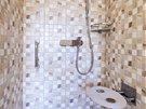 Sklopn� sed�tko a svisl� madlo zvy�uj� bezpe�nost ve sprchov�m koutu.