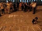 Lidé v Kuala Lumpur vytvořili ze svíček vzkaz: Modleme se za let MH 370.