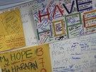 """Na letišti v malajsijském Kuala Lumpur vznikla """"tabule naděje"""", kam lidé píší..."""
