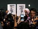 Malajsijská policie v úterý 11. března zveřejnila podobu dvou mužů, kteří letem