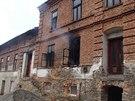 Požár zasáhl v opravovaném statku jen jednu místnost, přesto se při něm zranilo...