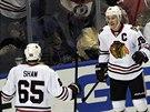 Andrew Shaw a Jonathan Toews oslavují trefu Chicaga.