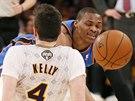 Russell Westbrook (v modrém) z Oklahoma City svádí souboj s Ryanem Kellym z LA...