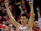 Jeremy Lin z Houstonu slaví svou úspěšnou střelu.