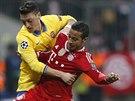 Mesut Özil (ve žlutém) z Arsenalu svádí souboj o míč s Thiagem Alcantarou z...