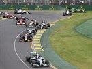 PO STARTU. Velká cena Austrálie F1 začala. V pravém horním rohu střet Japonce...