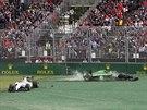 Felipe Massa (vlevo) ze stáje Williams a Kamuj Kobajaši z Caterhamu po kolizi...