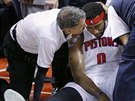 Andre Drummond z Detroitu otřesený po úderu do hlavy.
