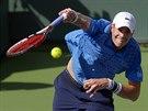 John Isner při podání na turnaji v Indian Wells.