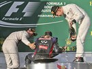 Vítězný pilot Nico Rosberg (vlevo) a třetí Kevin Magnussen (vpravo) si na...