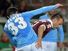 Riccardo Meggiorini (vpravo) z Turína bojuje s neapolským Raulem Albiolem.