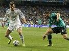 Gareth Bale (vlevo) z Realu Madrid si hlídá míč před Seadem Kolašinacem ze...