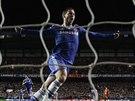 Eden Hazard z Chelsea slaví gól svého spoluhráče Samuela Eto'a.
