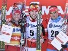 Stupně vítězů ze skiatlonu ve švédském Falunu: uprostřed Alex Harvey, který...