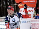 Rus Alexander Loginov v dojezdu závodu SP ve finském Kontiolahti
