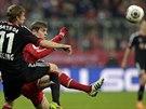 KDO S KOHO? Stefan Kiessling z Leverkusenu (vlevo) a Toni Kroos z Bayernu...