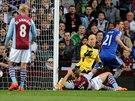 NEPLATÍ! Nemanja Matič z Chelsea (vpravo) se už radoval z gólu v síti Aston...