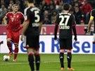 STEJNĚ VÁS OBSTŘELÍM. Bastian Schweinsteiger se připravuje na volný kop, díky...