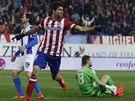 Diego Costa (uprostřed) z Atlética Madrid slaví gól, kterým otevřel skóre...