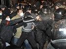 Policisté se od sebe snaží oddělit proruské a proukrajinské demonstranty...