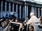 Mehmet Ali Agca (na snímku zcela vlevo) se snaží zastřelit papeže Jana Pavla...