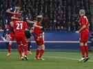 TREFA. Marquinhos z Paris St. Germain (vlevo) srovn�v� hlavou proti Leverkusenu