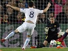 VELKÁ PŘÍLEŽITOST. Po pěkné akci Manchesteru City střílí Samir Nasri doprostřed
